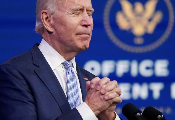 Избранный президент США Джо Байден молится - Sputnik Азербайджан