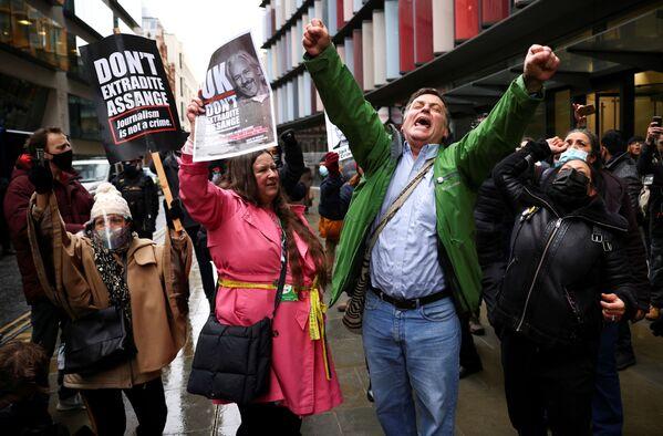Люди празднуют решение суда по делу Джулиана Ассанжа в Лондоне. Суд решил, что основатель WikiLeaks Джулиан Ассанж не должен быть экстрадирован в Соединенные Штаты. - Sputnik Азербайджан
