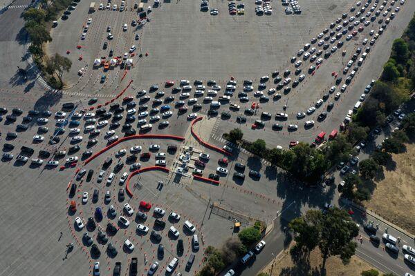 Люди выстраиваются в очередь для прохождения тестов на коронавирус (COVID-19) на стадионе Доджер в Лос-Анджелесе, Калифорния - Sputnik Азербайджан