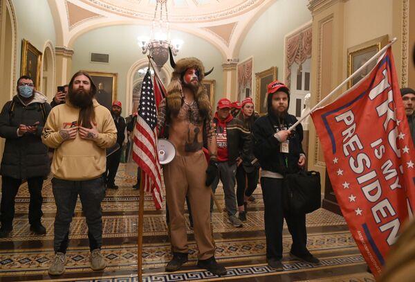 Участники акции протеста в Вашингтоне в Капитолии - Sputnik Азербайджан