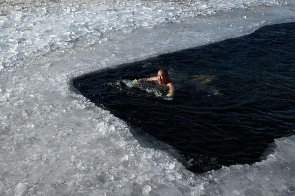 Мужчина плавает в замерзшем озере холодным зимним днем в Пекине - Sputnik Азербайджан