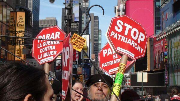Феминистки прошли по улицам Нью-Йорка - Sputnik Азербайджан