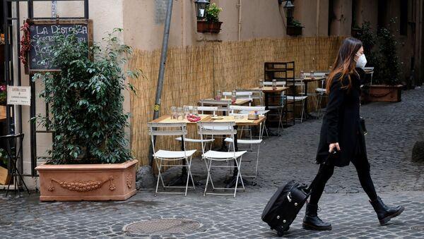 Женщина в защитной маске с чемоданом в Италии, фото из архива - Sputnik Азербайджан