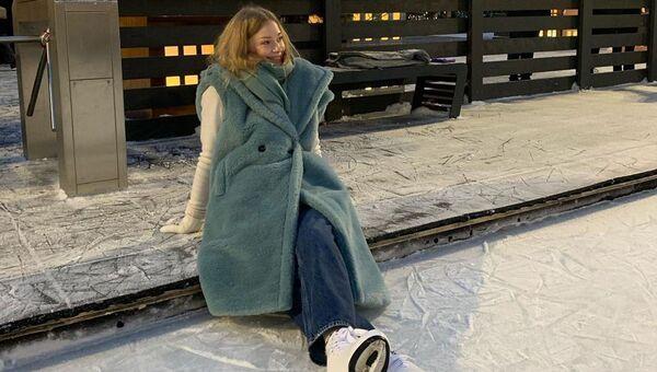 Как выглядеть модно на катке? 5 идей от звезд  - Sputnik Азербайджан