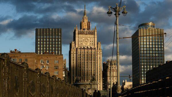 Вид на здание Министерства иностранных дел Российской Федерации с Бородинского моста в Москве - Sputnik Azərbaycan