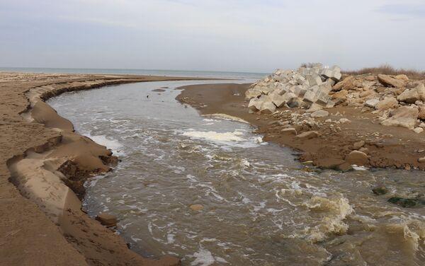 Cточные воды поселка Кюрдаханы Сабунчинского района Баку сбрасываются в море - Sputnik Азербайджан