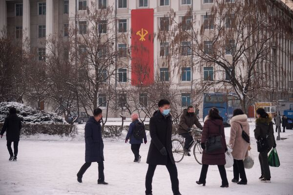 Люди на заснеженных улицах Пхеньяна  - Sputnik Азербайджан