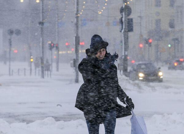 Девушка во время метели в Хельсинки - Sputnik Азербайджан