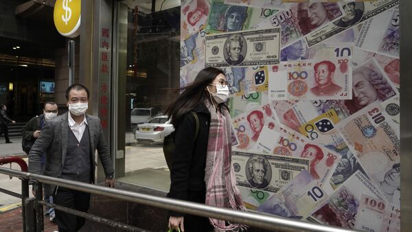 Люди на фоне обменного пункта в одном из районов Гонконга в Китае - Sputnik Азербайджан