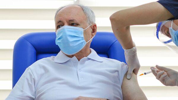 Министру здравоохранения Азербайджана Октаю Ширалиеву ставят вакцину от COVİD-19 - Sputnik Азербайджан