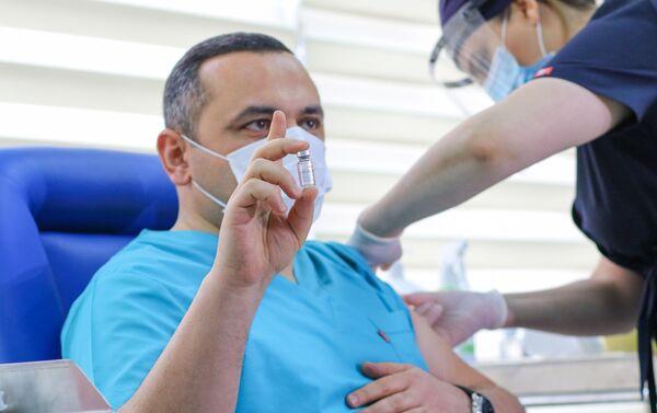 Главе Объединения по управлению медицинскими территориальными подразделениями (TƏBİB) Рамину Байрамлы ставят вакцину от COVİD-19 - Sputnik Азербайджан