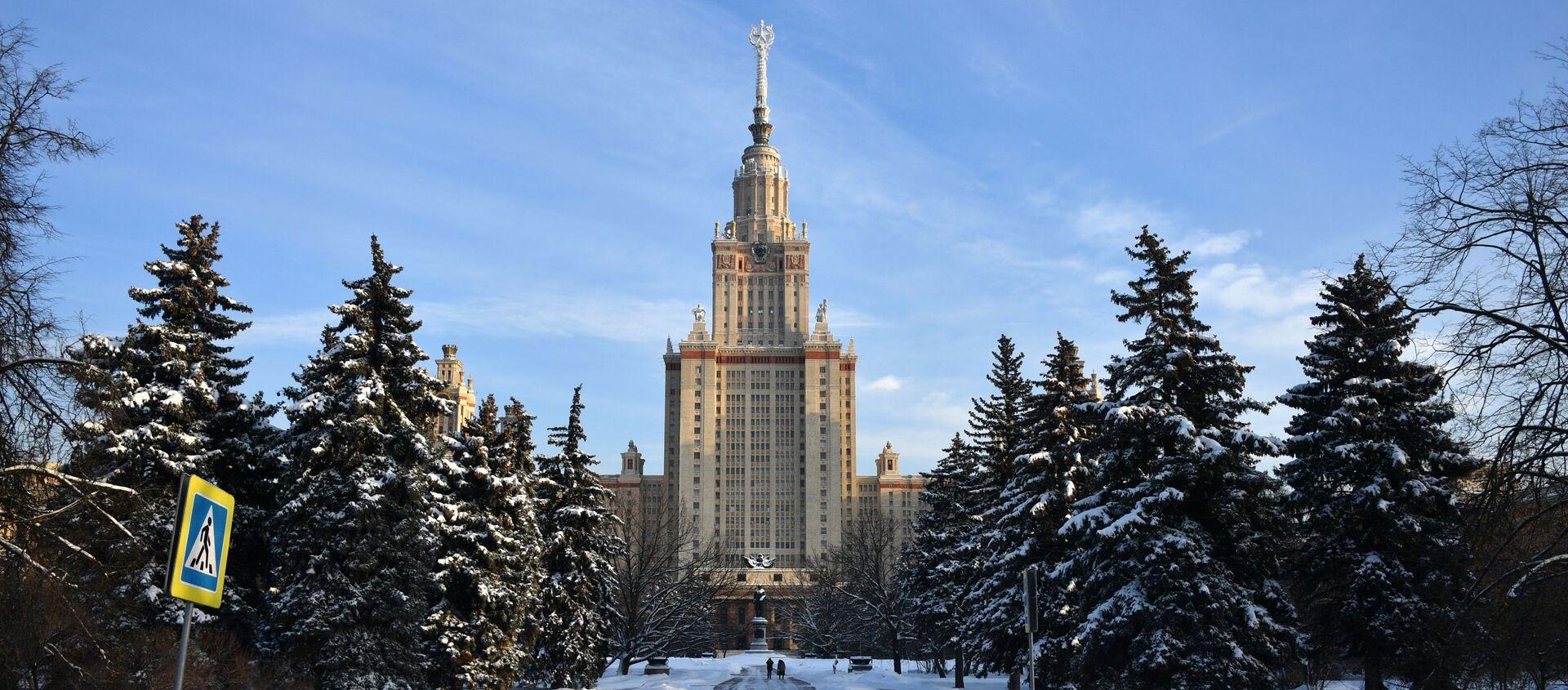Прохожий у здания Московского государственного университета имени М. В. Ломоносова в Москве, фото из архива - Sputnik Азербайджан, 1920, 19.01.2021