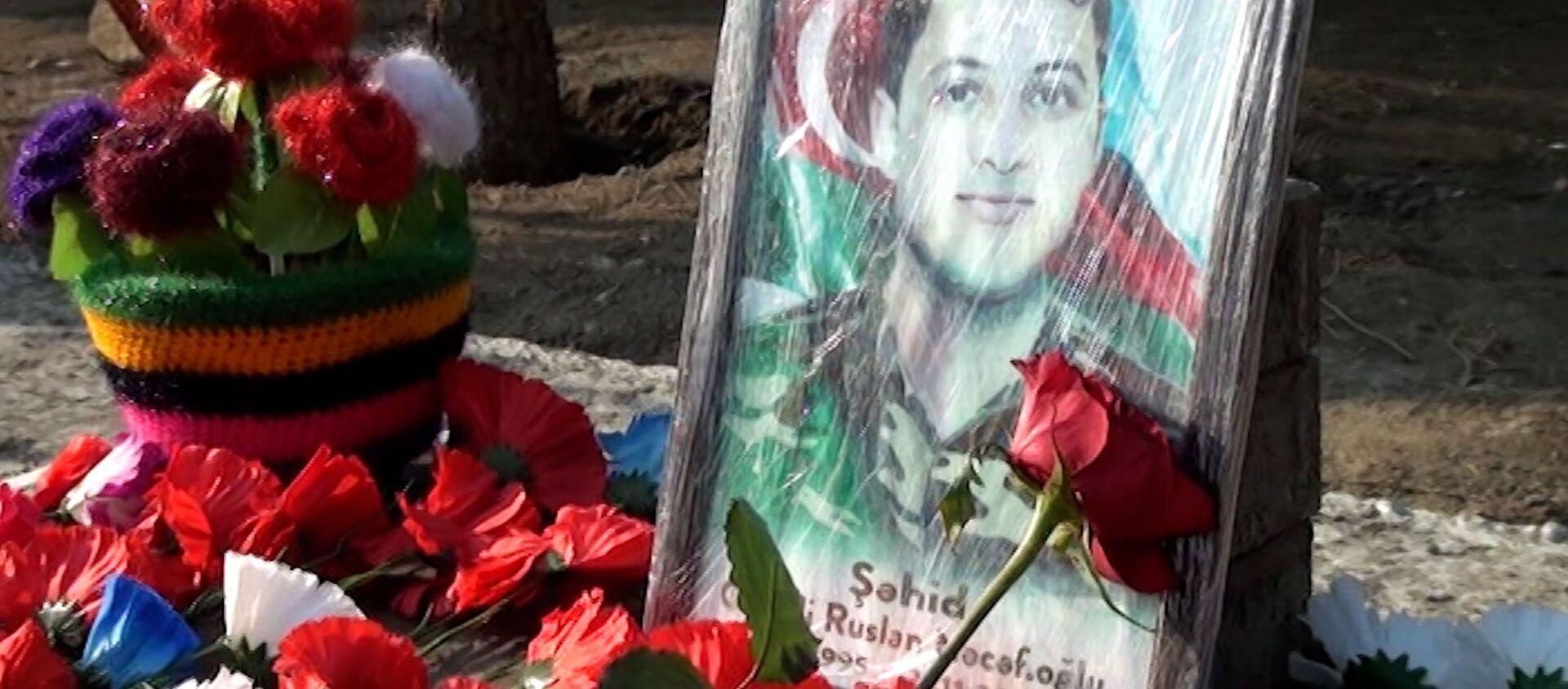 Мать шехида ищет незнакомку, которая приносит по одной розе на могилу сына - Sputnik Азербайджан, 1920, 20.01.2021
