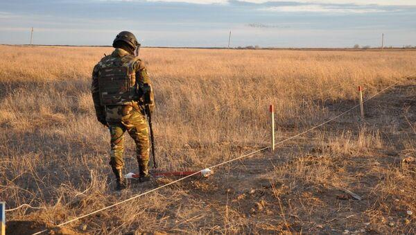 Группа пиротехников МЧС России вместе с сотрудниками МЧС Азербайджана продолжает операцию по разминированию освобожденных земель - Sputnik Азербайджан