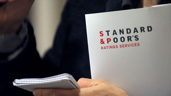 Логотип рейтингового агентства Standard & Poor's на документе, фото из архива - Sputnik Azərbaycan