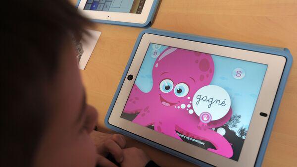 Ребенок смотрит мультфильм на планшете, фото из архива - Sputnik Azərbaycan