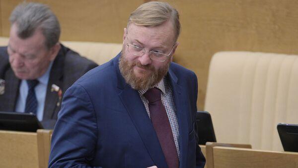 Депутат Виталий Милонов на пленарном заседании Госдумы РФ - Sputnik Азербайджан