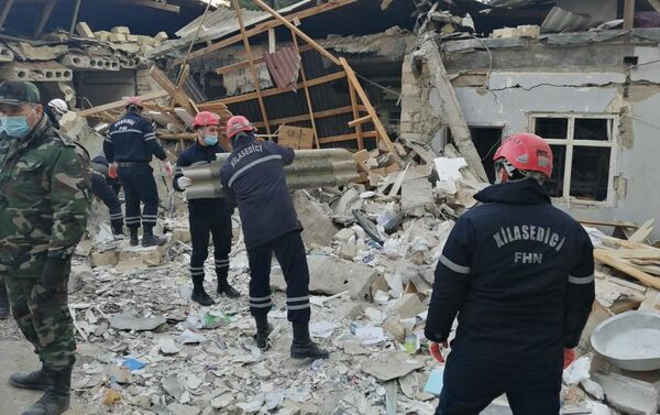 Спасатели министерства по чрезвычайным ситуациям на месте взрыва в частном двухэтажном жилом доме, расположенном в 27-м квартале города Хырдалан в Абшеронском районе - Sputnik Азербайджан