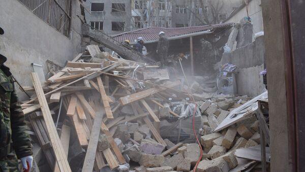На месте взрыва в частном двухэтажном жилом доме, расположенном в 27-м квартале города Хырдалан в Абшеронском районе  - Sputnik Азербайджан