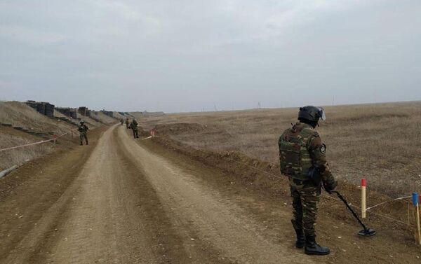 Поисковые работы на освобожденных территориях саперов МЧС Азербайджана и России - Sputnik Азербайджан