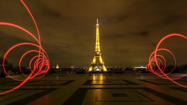 Вид на Эйфелеву башню с площади Трокадеро в Париже - Sputnik Азербайджан