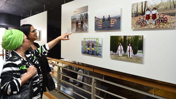 Посетители на открытии выставки победителей конкурса имени Андрея Стенина в Кейптауне. - Sputnik Азербайджан