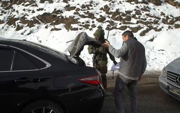 Военнослужащие российского миротворческого континента выполнять задачи по контролю и мониторингу за соблюдением режима прекращения огня - Sputnik Азербайджан
