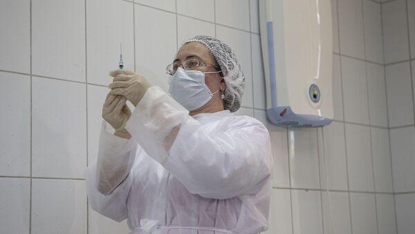 Медработник с вакциной Спутник V от коронавируса COVID-19, фото из архива - Sputnik Азербайджан
