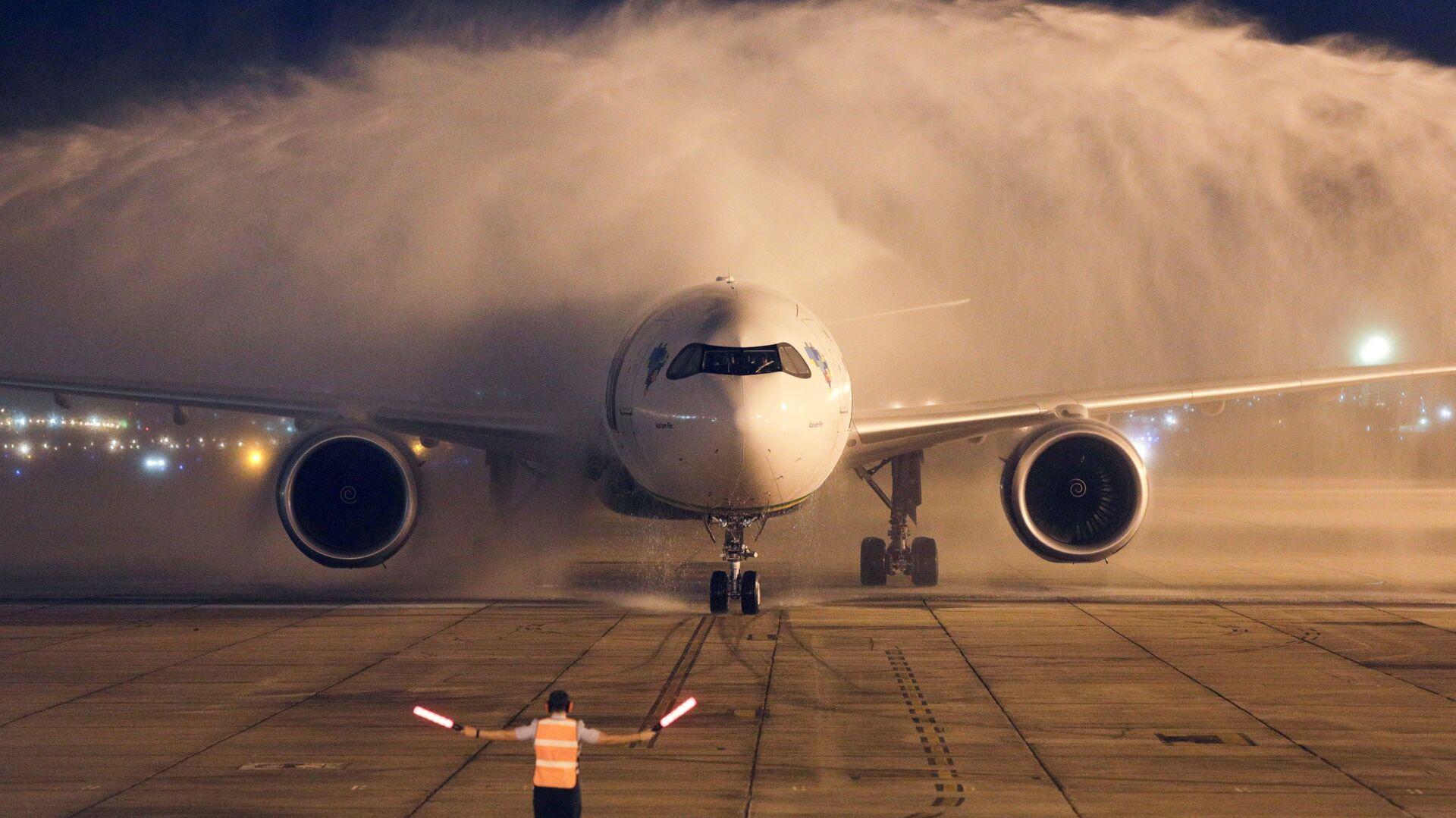 Самолет с двумя миллионами доз вакцины AstraZeneca / Oxford из Индии приземляется в Рио-де-Жанейро, Бразилия - Sputnik Azərbaycan, 1920, 03.10.2021