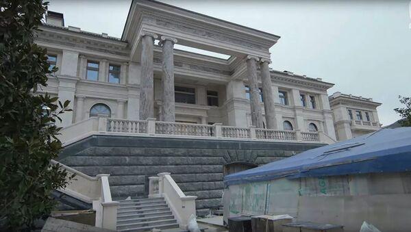 Кадр из репортажа Mash Сказочный дворец: первая экскурсия по дворцу в Геленджике - Sputnik Azərbaycan