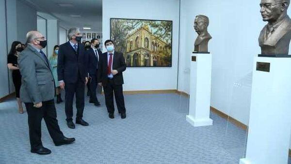 Встреча между профессором Мамедом Алиевым и руководителем представительства Россотрудничества в Азербайджанской Республике Иреком Зиннуровым - Sputnik Азербайджан