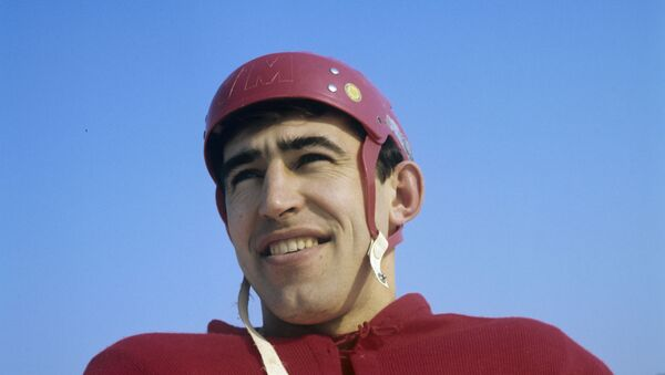 Нападающий сборной СССР по хоккею с шайбой, олимпийский чемпион (1964, 1968) Анатолий Фирсов. - Sputnik Азербайджан