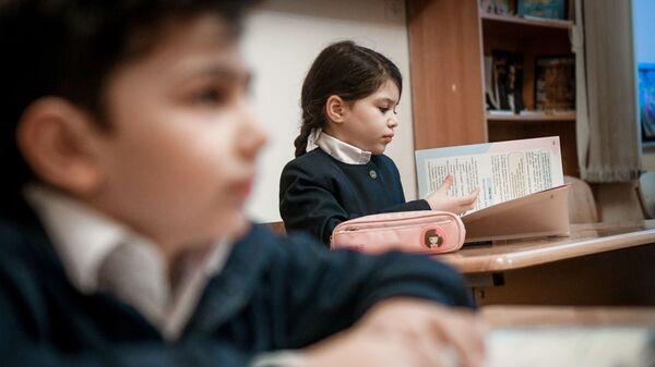 Школьница в классе, фото из архива - Sputnik Азербайджан