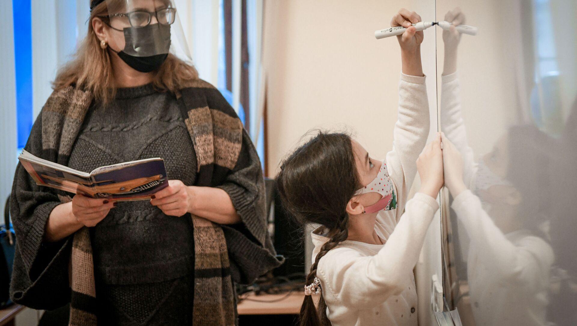 Возобновление очных занятий в бакинских школах, 1 февраля 2021 года - Sputnik Azərbaycan, 1920, 15.09.2021