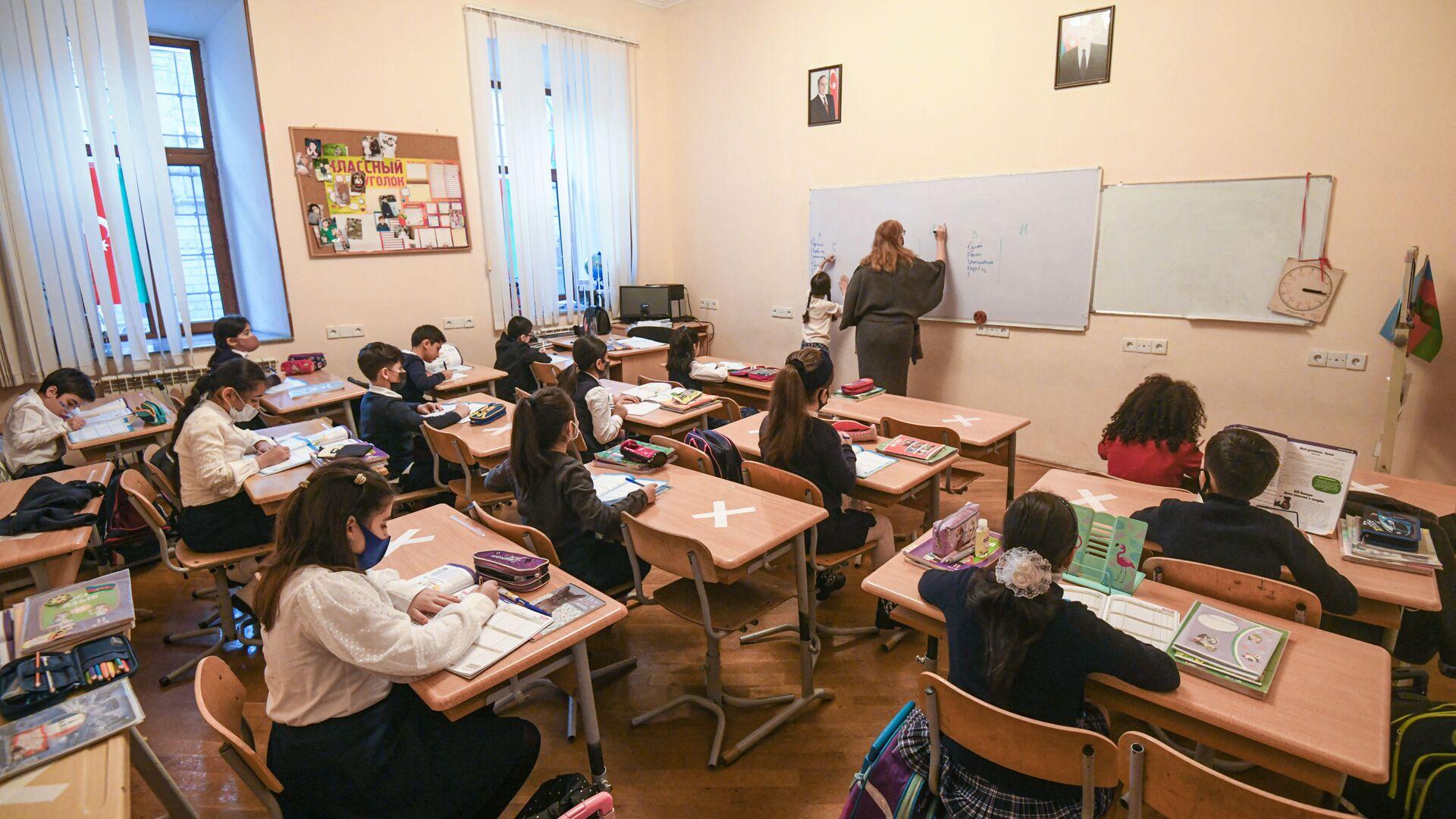 Возобновление очных занятий в бакинских школах, 1 февраля 2021 года - Sputnik Azərbaycan, 1920, 14.09.2021