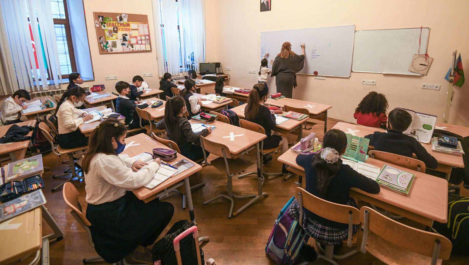 Возобновление очных занятий в бакинских школах, 1 февраля 2021 года - Sputnik Azərbaycan, 1920, 25.06.2021