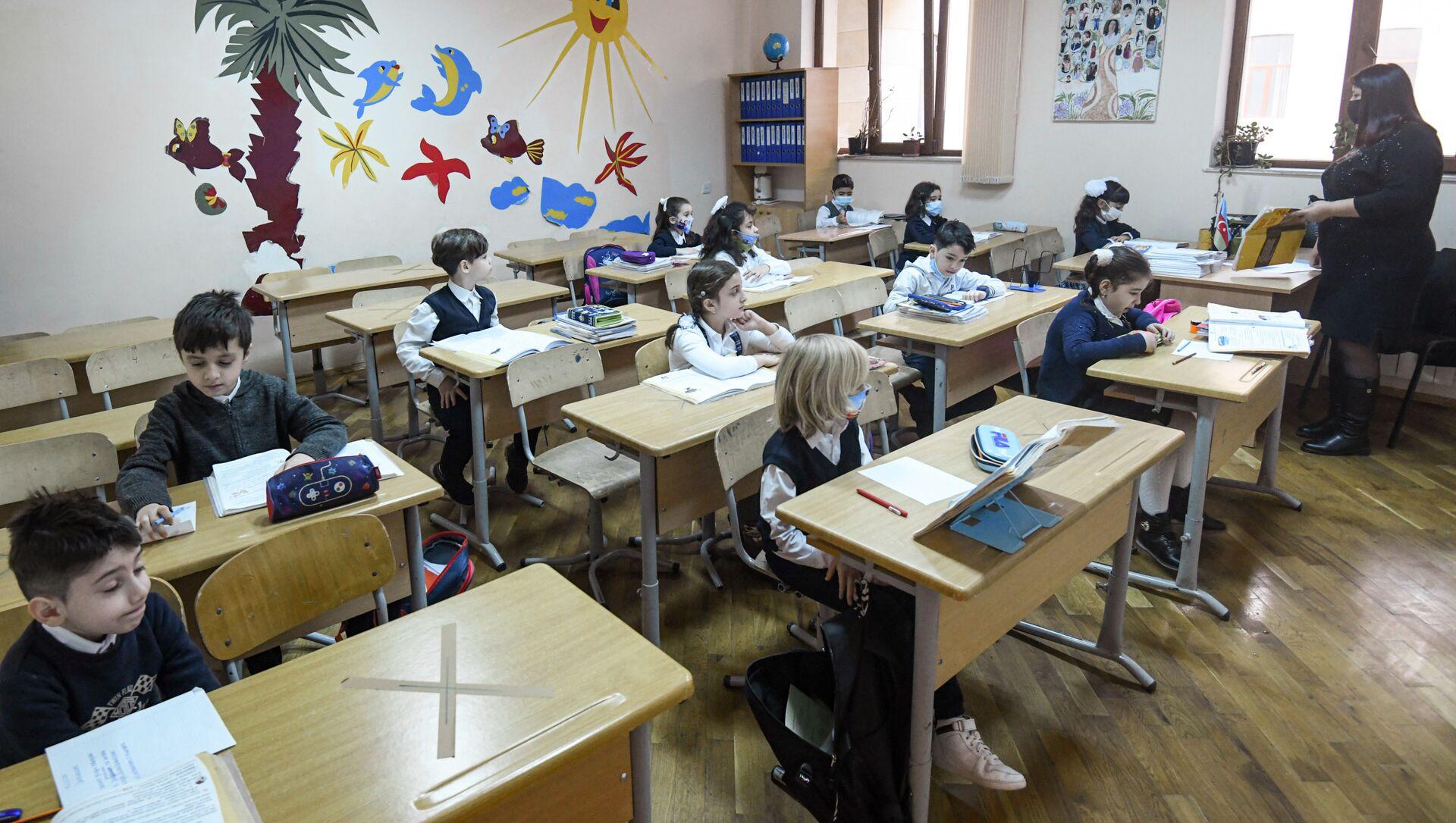 Возобновление очных занятий в бакинских школах, 1 февраля 2021 года - Sputnik Азербайджан, 1920, 07.05.2021