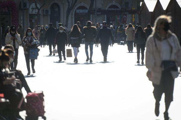 Люди в центре Баку после смягчения карантинного режима, 1 февраля 2021 года - Sputnik Azərbaycan