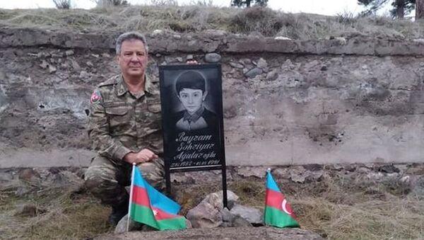 Заслуженный артист Азербайджана Агалар Байрамов спустя 28 лет посетил могилу своего девятилетнего сына Шахрияра Байрамова - Sputnik Азербайджан