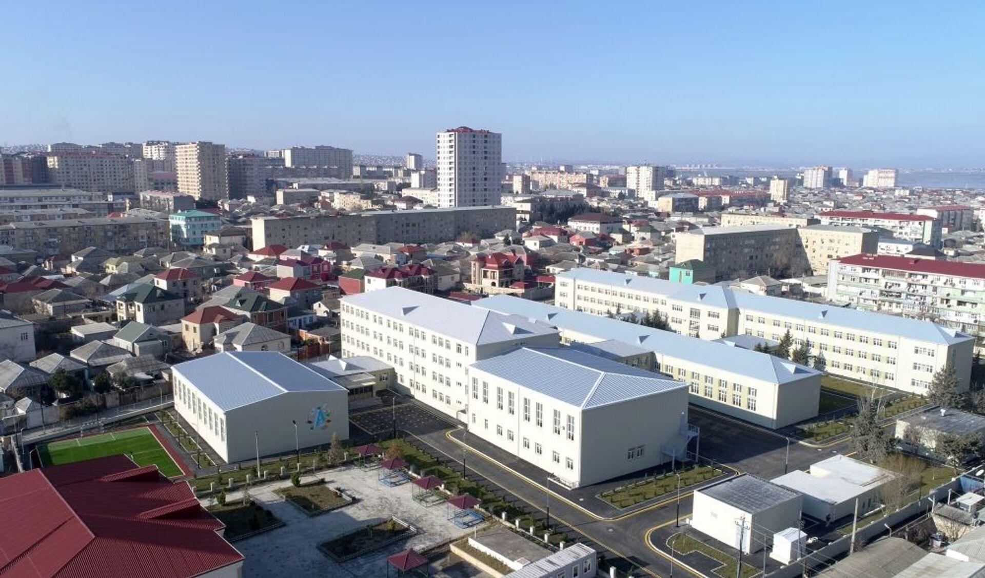 Президент Алиев с супругой посетили ряд важных объектов: школу, больницу, подстанцию - Sputnik Азербайджан, 1920, 01.02.2021