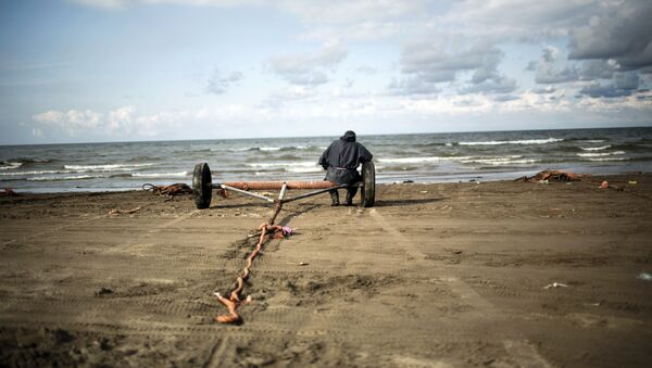 Рыбак на берегу Каспийского моря, фото из архива - Sputnik Азербайджан