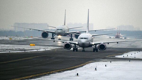 Самолеты на взлетной полосе Международного аэропорта Шереметьево. - Sputnik Azərbaycan