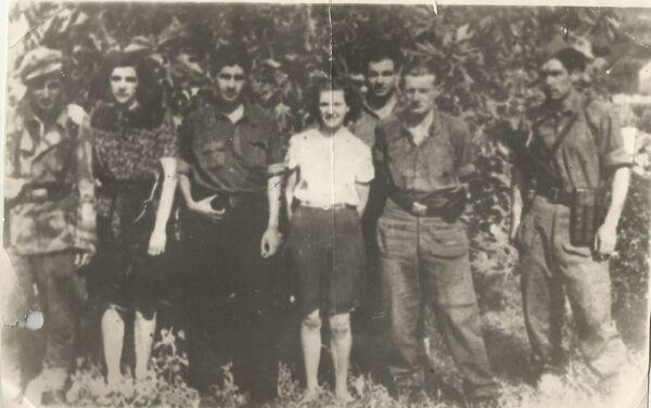 Михайло (позади всех) с товарищами по партизанскому отряду - Sputnik Азербайджан