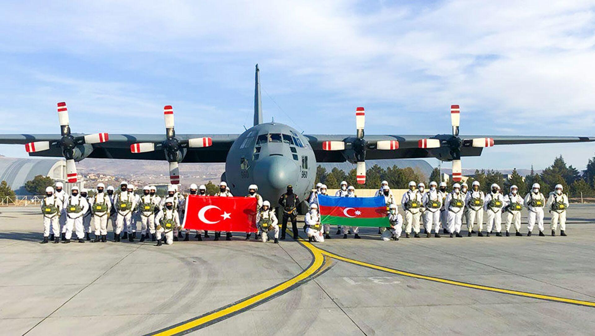 Азербайджанские и турецкие военнослужащие на «Зимних учениях 2021» в Карсе - Sputnik Азербайджан, 1920, 07.02.2021
