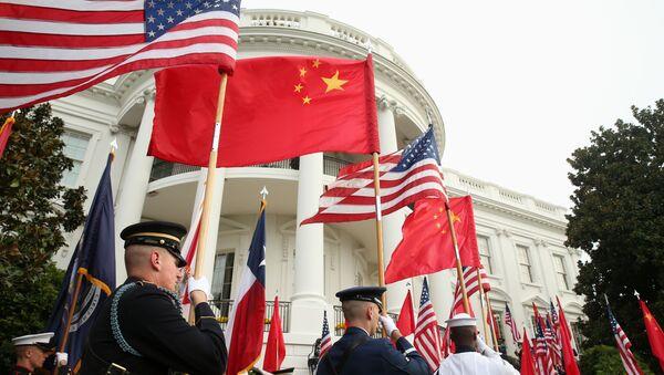 Военнослужащие США с флагами Соединенных Штатов и Китая, фото из архива - Sputnik Азербайджан