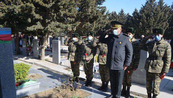 Делегация Министерства обороны и группа военнослужащих посетили могилу Национального героя Мубариза Ибрагимова - Sputnik Азербайджан