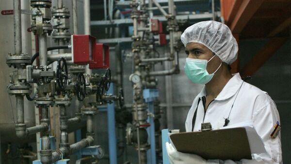 Иранский техник работает на заводе по конверсии урана в Исфахане, фото из архива - Sputnik Азербайджан