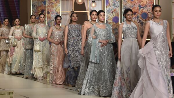 Модели во время презентации коллекции Ayesha and Usman Ali на показе мод Hum Bridal Couture Week в Лахоре  - Sputnik Азербайджан