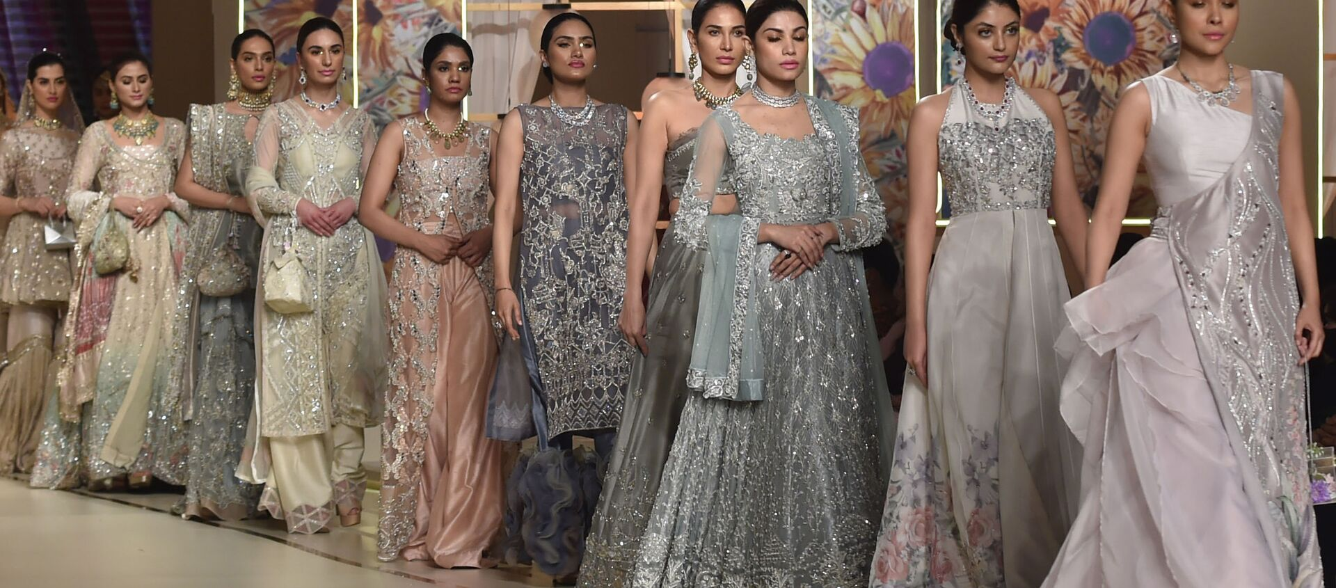 Модели во время презентации коллекции Ayesha and Usman Ali на показе мод Hum Bridal Couture Week в Лахоре  - Sputnik Азербайджан, 1920, 08.02.2021