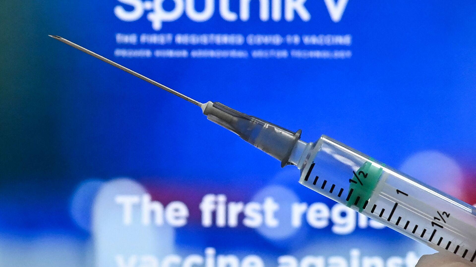 Медработник с вакциной Спутник V от коронавируса COVID-19, фото из архива - Sputnik Азербайджан, 1920, 16.04.2021